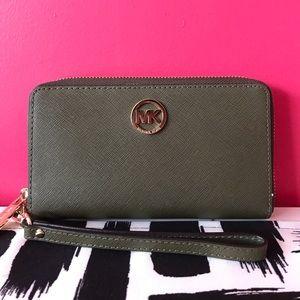 🤍 Michael Kors: Olive Green Wallet/Wristlet